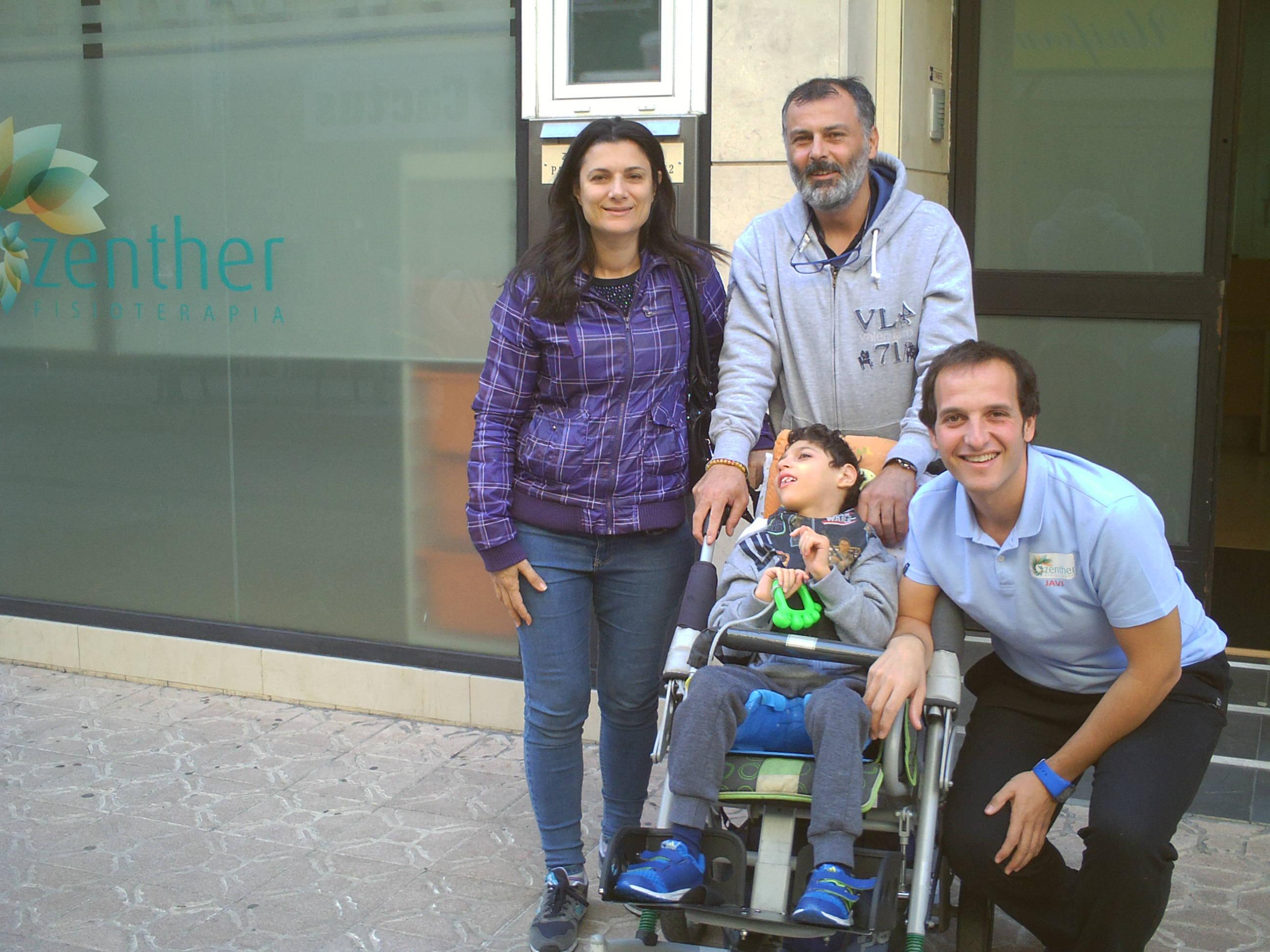Jorge junto a su familia y uno de los fisios