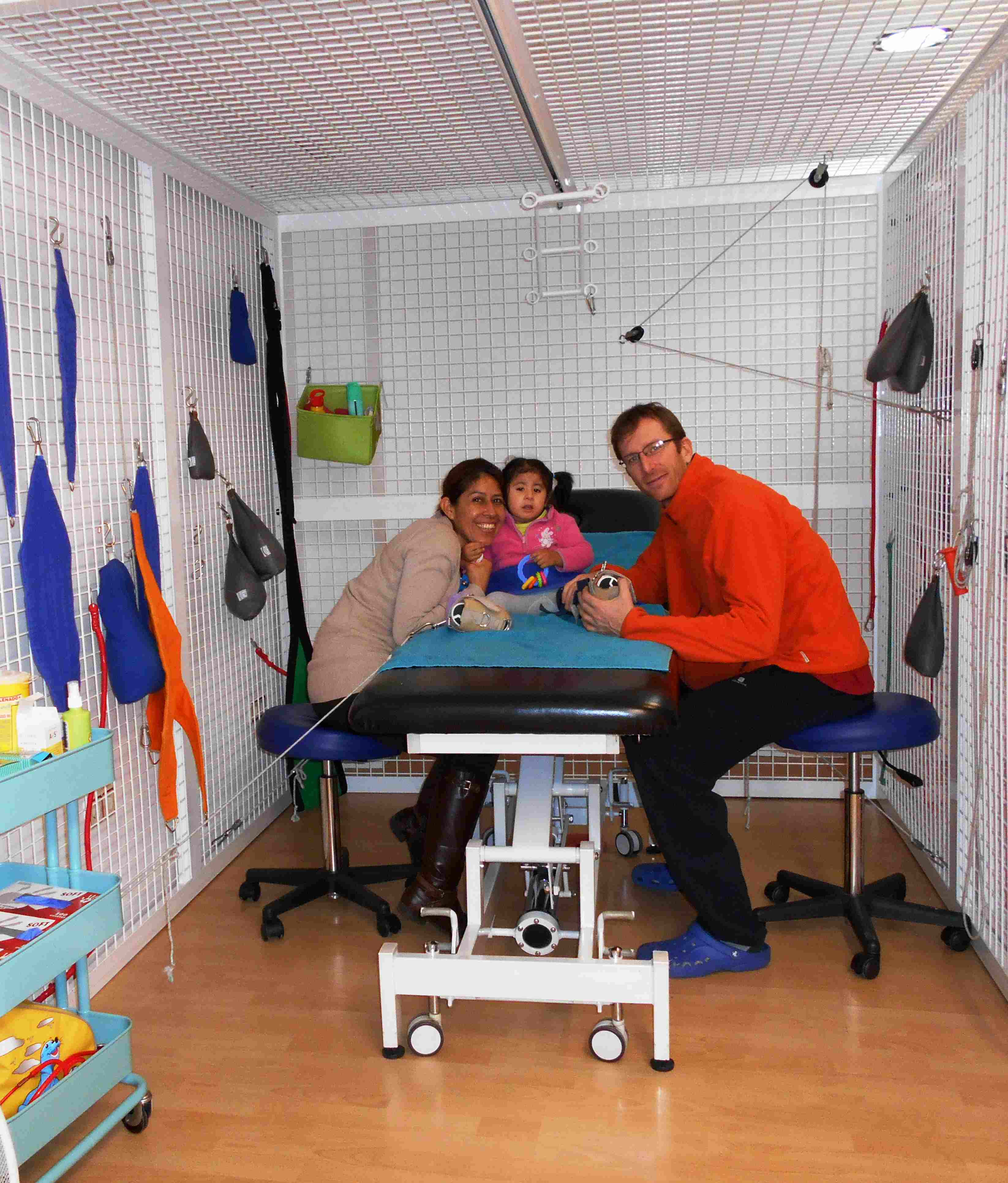 Mei con su madre y un profesional de la fundación